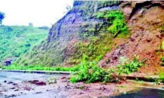 সীতাকুণ্ডের ফৌজদারহাট-বায়েজিদ লিংক রোড়ে পাহাড় ধসে সড়কে প্রতিবন্ধকতা